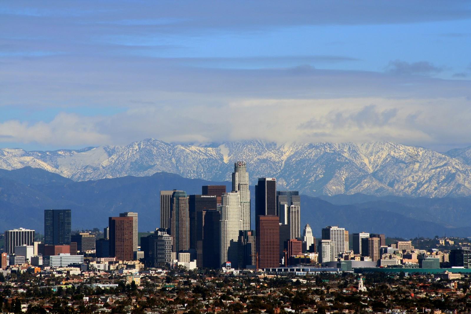 Losandželosa uz kalnu fona