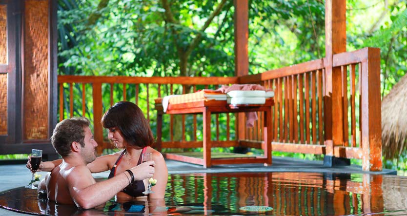 Romantiskais pāris baseinā